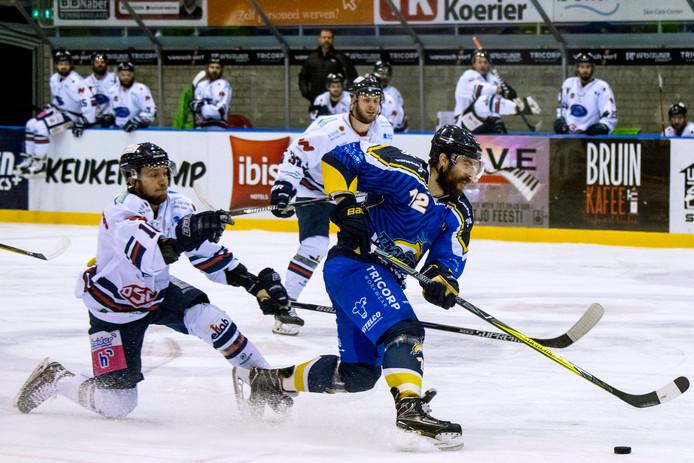 Kevin Bruijsten wordt met een schaats gehaakt in een wedstrijd tegen Deffendorf.