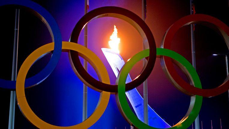 De olympische vlam wordt ontstoken bij het Fisjt-stadion tijdens de openingsceremonie van de Olympische Winterspelen. Beeld null