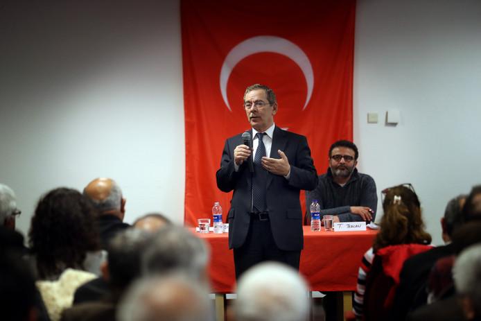 Abdullatif Sener, een Turkse ex-politicus, hield vandaag een toespraak over het Turkse referendum in Rotterdam.