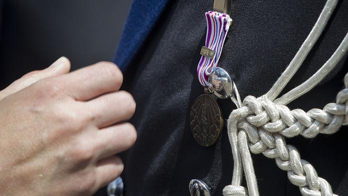 Een militair met een Herinneringsmedaille Vredesoperaties voor zijn deelname aan de missie in Afghanistan.