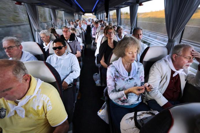 Dagelijks wordt er gebeden, ook tijdens de busreis.