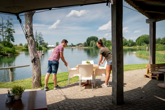 Luuk van de Werken (links) coördineert voor Watergoed de nieuwe horeca, waar de 'strandlakengast' welkom is. Volgend jaar ook met nieuwe paviljoen, als het aan directeur Joost Frijlink ligt. Aan de overzijde van het water de huidige evenementenlocatie Watergoed.