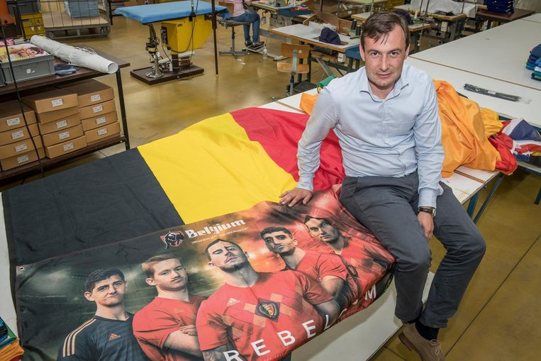 Benedikt Waelkens en zijn medewerkers fabriceren dezer dagen hopen WK-vlaggen.