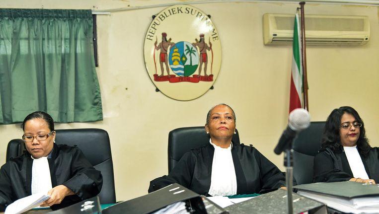 De krijgsraad van Suriname met in het midden president Cynthia Valstein-Montnor. Beeld ANP/Pieter van Maele