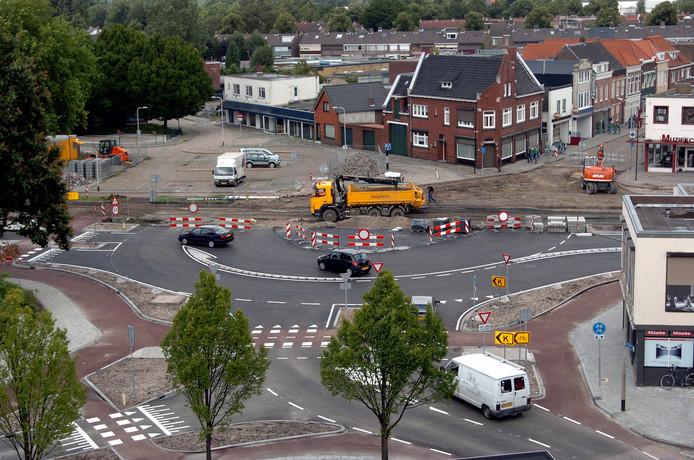 De aanleg in 2007 van de veelbesproken rotonde in Roosendaal. Linksonder Wouwseweg, rechtsonder Hulsdonksestraat, midden Burgemeester Freijterslaan en boven de Kade.
