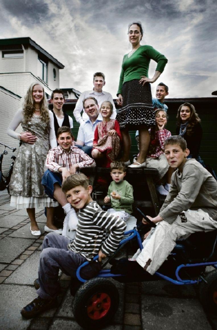 Teunie Luijks, te midden van haar gezin, inclusief schoondochter Geertje (staand links). (FOTO ROGER DOHMEN) Beeld Roger Dohmen