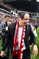 Een kletsnatte PSV trainer Phillip Cocu, nadat hij een emmer water over zich heen gekregen heeft na het behalen van het 24ste landskampioenschap.