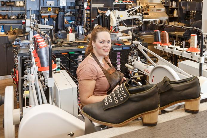 'Gouden' schoenmaakster Wiljanne Bril-Regeling met de winnende schoenen.