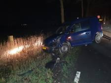 Automobilist gewond na crash tegen boom in Leusden