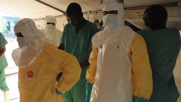 Artsen maken zich klaar om ebolapatiënten te behandelen. Beeld afp