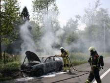 Auto brandt volledig uit op A1 bij Azelo, file als gevolg