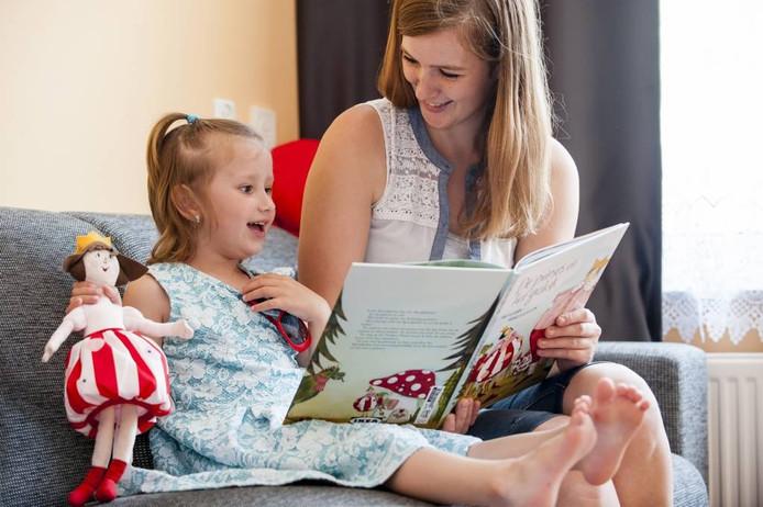 Vrijwilligster Annemieke Adriaansen leest de 4-jarige Hania Samek voor. Het project brengt kinderen op allerlei manieren in aanraking met de Nederlandse taal. foto tonny presser/pix4profs
