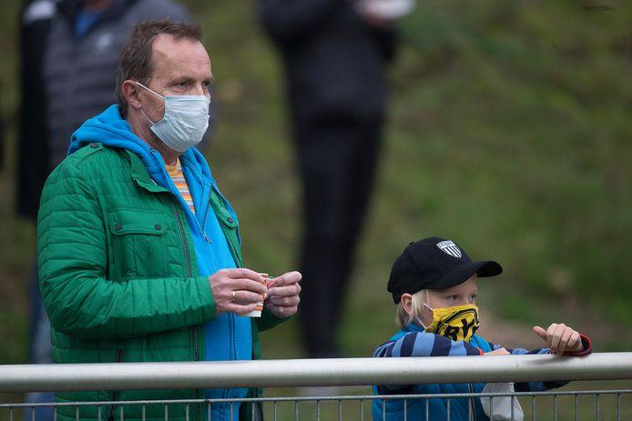 In Duitsland is het dragen van een mondkapje verplicht (hier bijvoorbeeld langs de lijn bij een voetbalwedstrijd in Bocholt), in Nederland geldt alleen een 'dringend advies'.