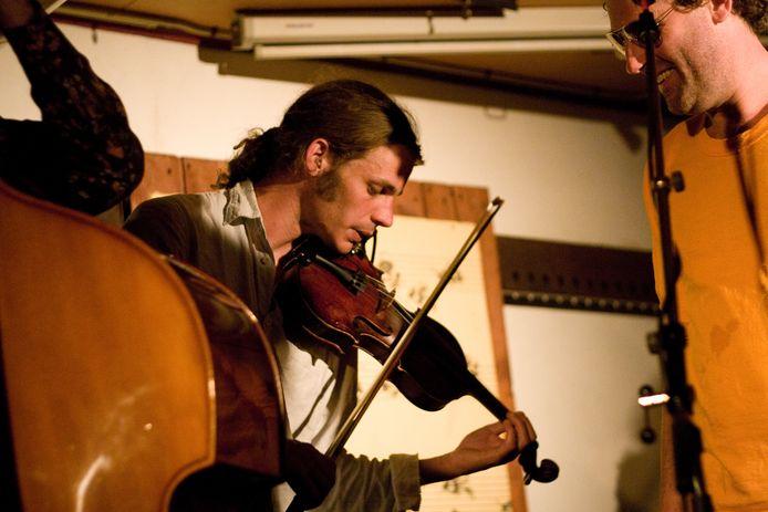 Paul Crucq met zijn geliefde viool. ,,Dat is een soort orgaan van hem geworden.''