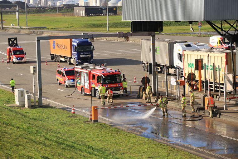 De brandweer kwam ter plaatse om de rijbaan proper te maken.