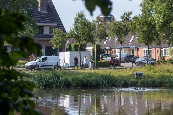Medewerkers van het waterschap hebben een zuurstofpomp in de eendenvijver in Lunteren geplaatst.