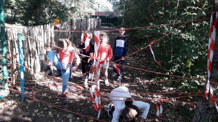 Kinderen van de gemeenteschool in Oostduinkerke amuseren zich.