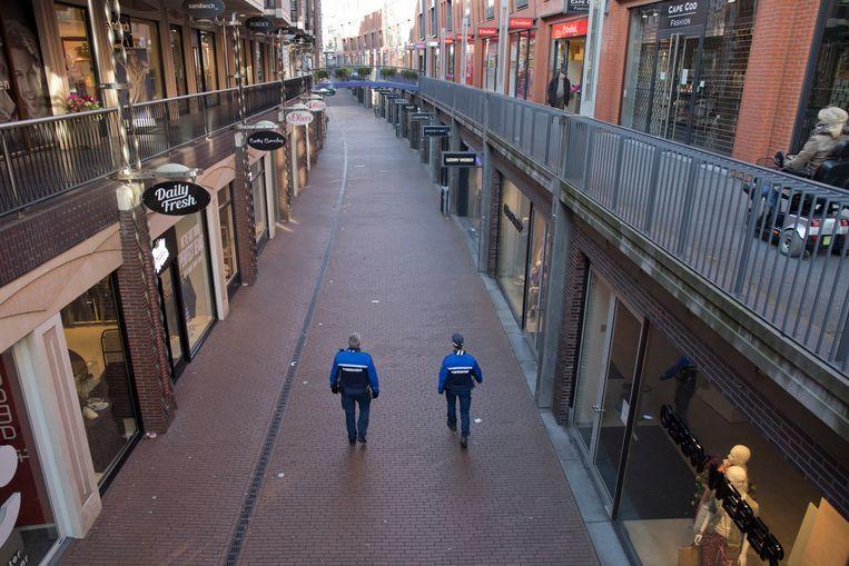 Medewerkers van handhaving patrouilleren door de Marikenstraat in Nijmegen. Beeld Henk Braam/Hollandse Hoogte