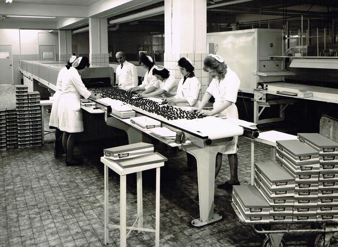 Rumbonen inpakken bij Lonka in Dieren in 1955. Foto uit boek Nijver Dieren.