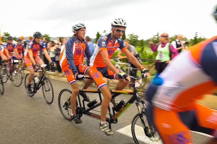 Team Jan van Heijst is vertrokken. Jan met zijn zoon Maarten op de fiets.