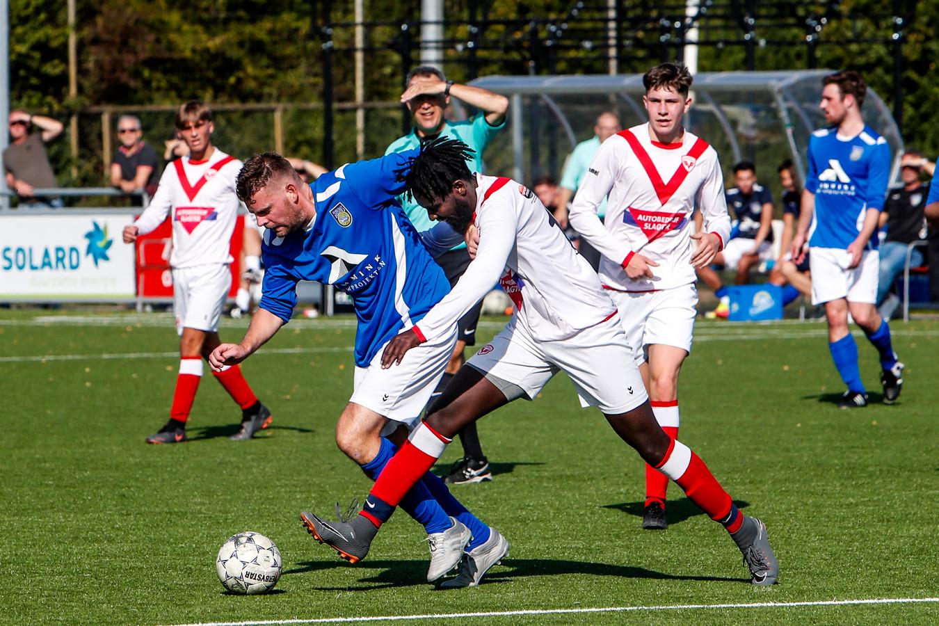 Jarno van t Hof duelleert met SP. Deventer-speler Emmanuel Rushimirwa