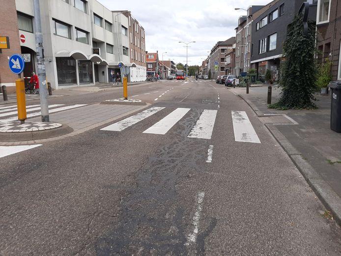 Geldropseweg in Eindhoven; het wegdek is slecht, de asfaltvlakte is aan vergroening toe. In 2021 volgt herinrichting, zegt gemeente Eindhoven.