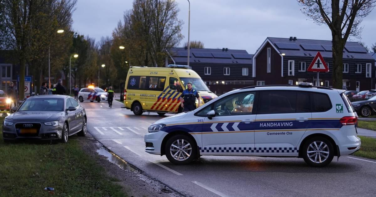 Fietser gewond na botsing met auto op Macharenseweg in Oss.