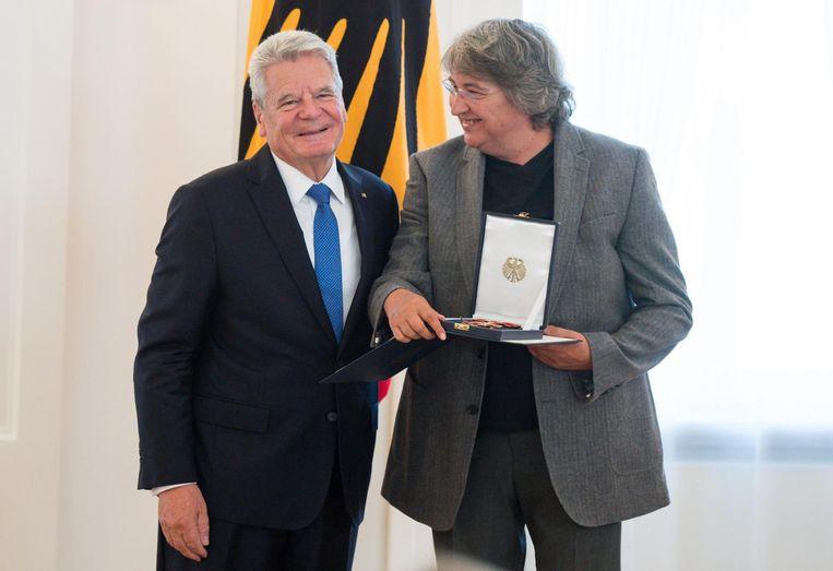 De toenmalige Duitse president Joachim Gauck overhandigt aan Andrea Breth een onderscheiding van haar oeuvre in 2015. Beeld epa