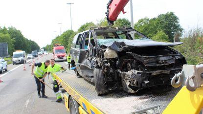 Auto over de kop na botsing met truck op E313 in Diepenbeek