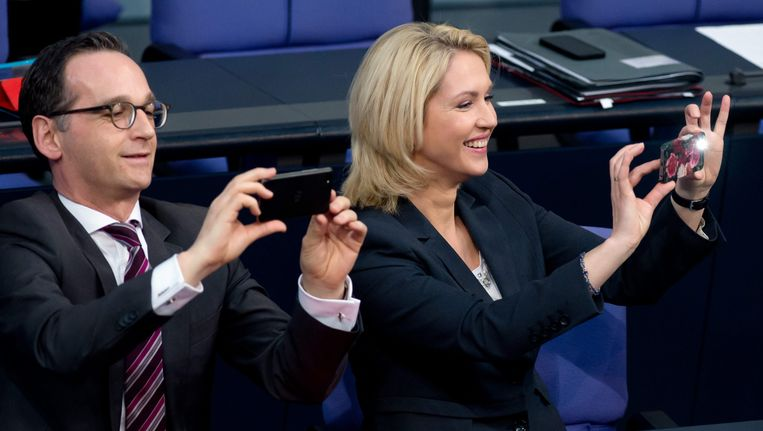 De Duitse minister van Justitie Heiko Maas (links), uit wiens koker de Facebookwet komt. Rechts van hem de minister van Familiezaken Manuela Schwesig (die niets te maken heeft met de wet). Beeld epa