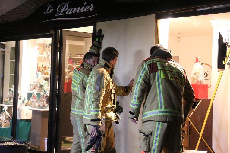 De zaak werd dichtgemaakt door de brandweer van Denderleeuw.