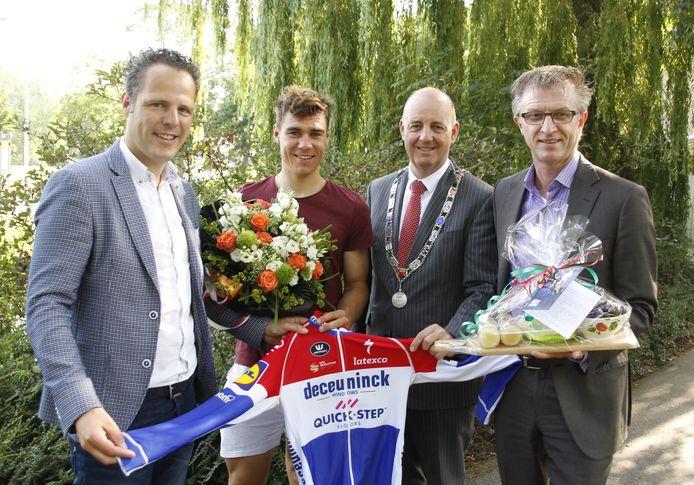 De wethouders Rutger van Stappershoef, Ton van Manen en Ed Goossens op een een feestelijker moment vorig jaar bij de huldiging van wielrenner Fabio Jakobsen