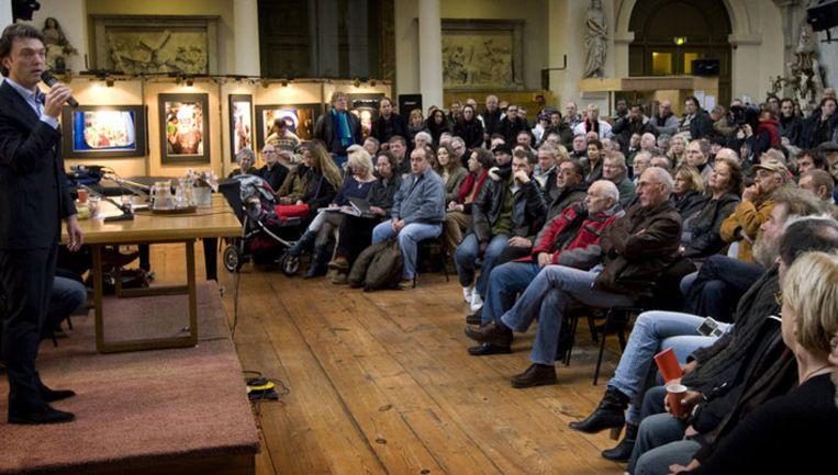 Bestuurder Erik Koldenhof (VVD) van stadsdeel Centrum in debat met marktkooplui, van wie menigeen een 'verworven recht' verliest. Foto ANP Beeld