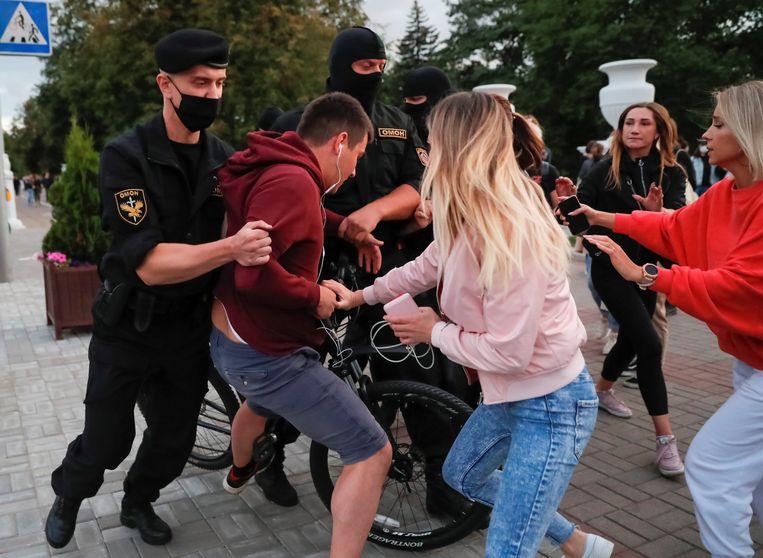 Tijdens de protesten worden mensen gearresteerd. Alleen in de afgelopen drie dagen werden er al meer dan 300 mensen opgepakt. Beeld REUTERS
