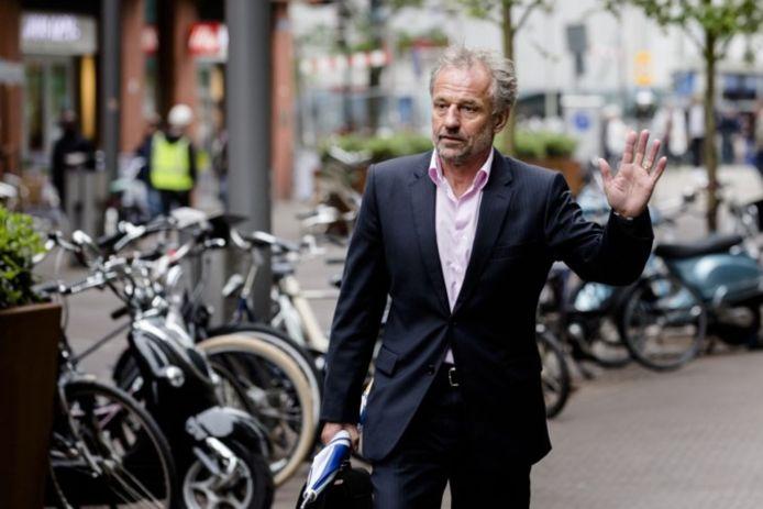 Burgemeester Jos Heijmans op weg naar het gesprek met de minister over zijn rol bij het laten onderduiken van een Syrisch gezin in Weert