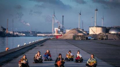 Moeders geven borstvoeding in vrieskou in Gentse haven