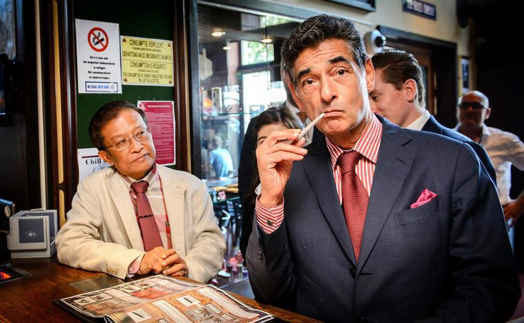 Gerard Spong, een van de advocaten van voormalig coffeeshophouder Johan van Laarhoven, laat in 2016 in coffeeshop The Grass Company aan Thaise advocaten zien hoe het Nederlandse gedoogbeleid voor softdrugs werkt. Beeld ANP