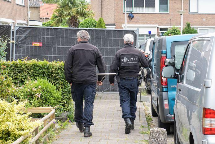 Specialisten en rechercheurs van de politie doen onderzoek bij een woning aan de Jan Vermeerstraat in Haaksbergen. In deze woning werd  het levenloze lichaam van een baby gevonden.