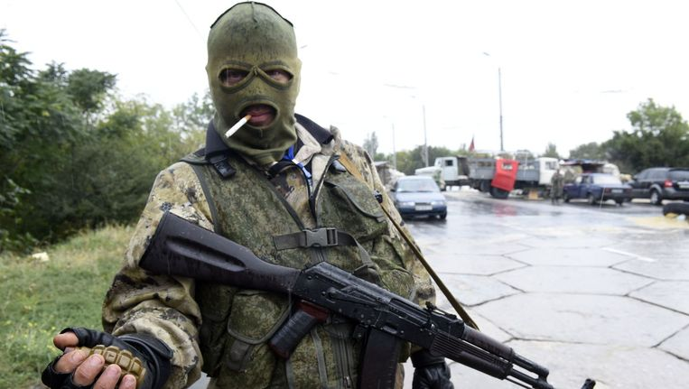 Een pro-Russische separatist langs een weg naar het vliegveld van Donetsk. Beeld afp