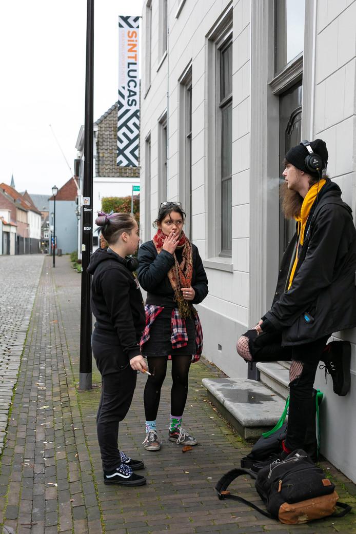 Vlnr Sam, Amii en Mick Val mogen niet meer op het schoolplein roken en staan daarom net buiten het terrein op straat.