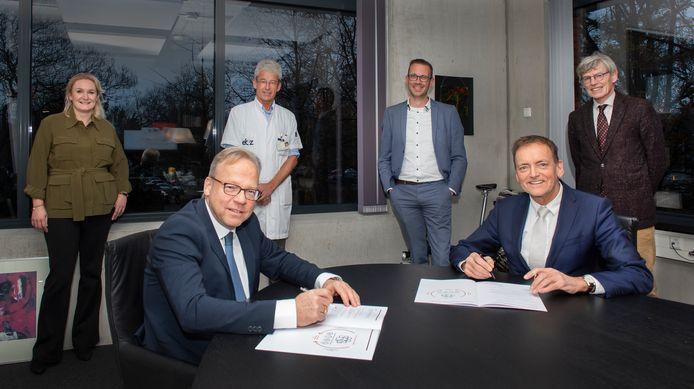 CZ-directeur Joël Gijzen (l.) en ETZ-bestuurder Gerard van Berlo tekenen de overeenkomst voor de komende vijf jaar.