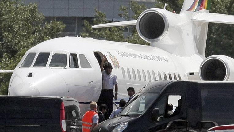 President Evo Morales van Bolivia komt uit zijn vliegtuig in Wenen. Beeld AFP