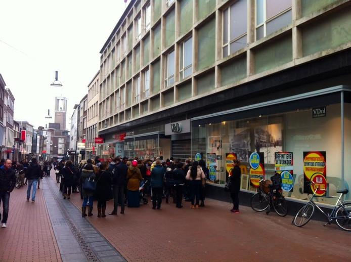 De rij voor de V&D in Nijmegen