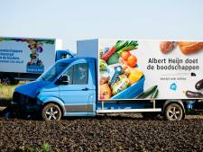 Bakwagen grootgrutter botst op lichtmast en komt tot stilstand in Tilburgs weiland