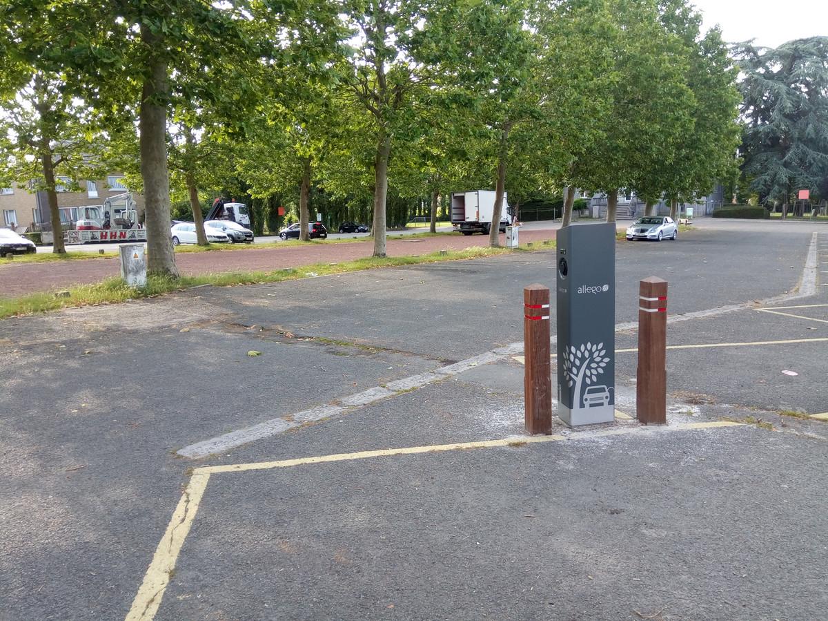 Eén van de nieuwe laadpalen op het Gemeenteplein in Meerbeke.