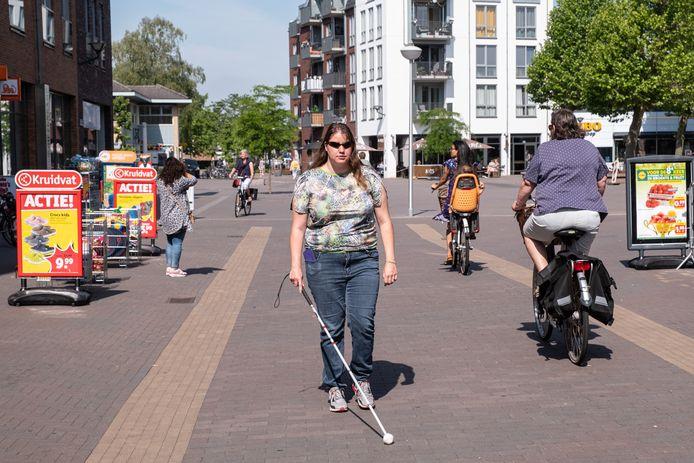 Voor de bijna blinde Karlijn Tolboom valt het, bijvoorbeeld in winkelcentrum De Biezenkamp, niet mee om afstand te houden.