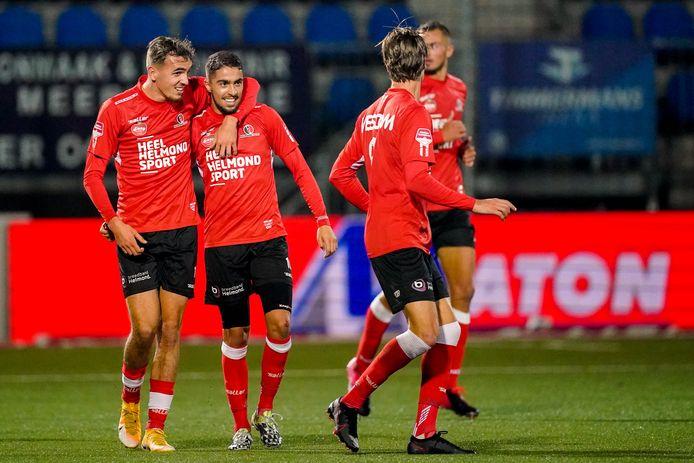 Karim Loukili (tweede van links) maakte tegen FC Den Bosch zijn eerste goal voor Helmond Sport. Hij sneed naar binnen en krulde de bal daarna achter Wouter van der Steen in de verre hoek.