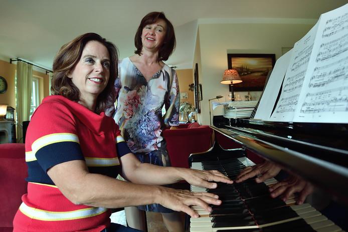 Pianiste Hetty Sponselee met zangeres Sheila Connolly.
