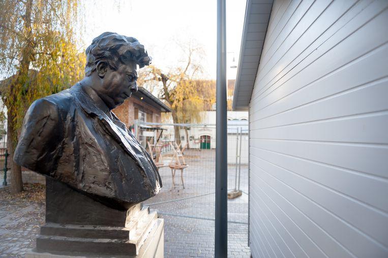 Fotoreeks rond het borstbeeld van Felix Timmermans in Lier. Felix en het kraam (2011).