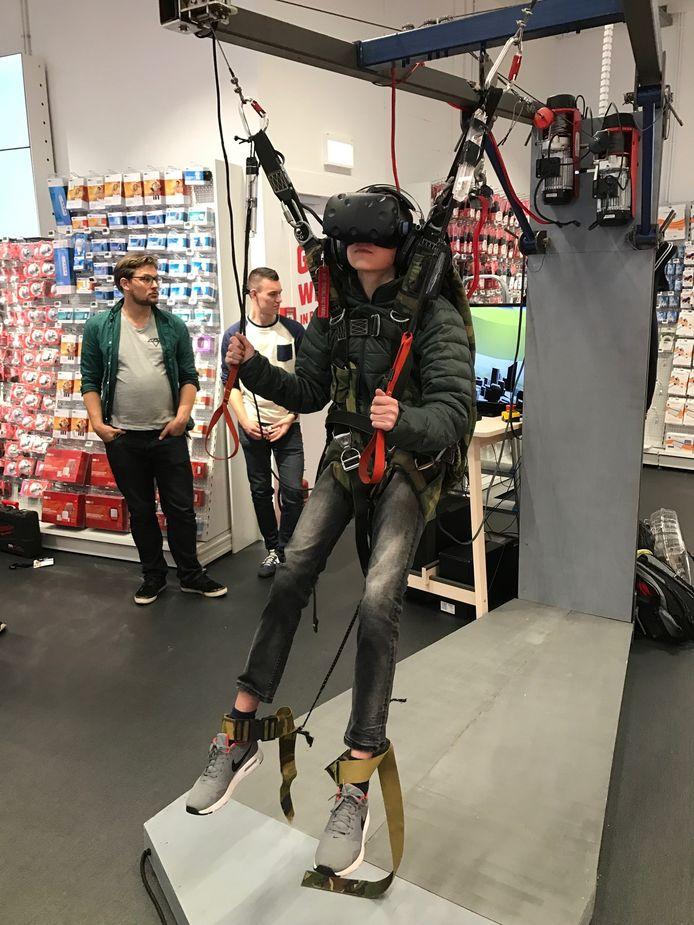 Zelf ervaren hoe een parachutesprong voelt? Bij Media Markt kan het
